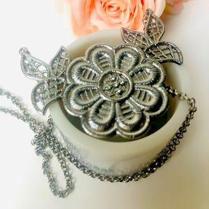 Elegant Flower pendant necklace